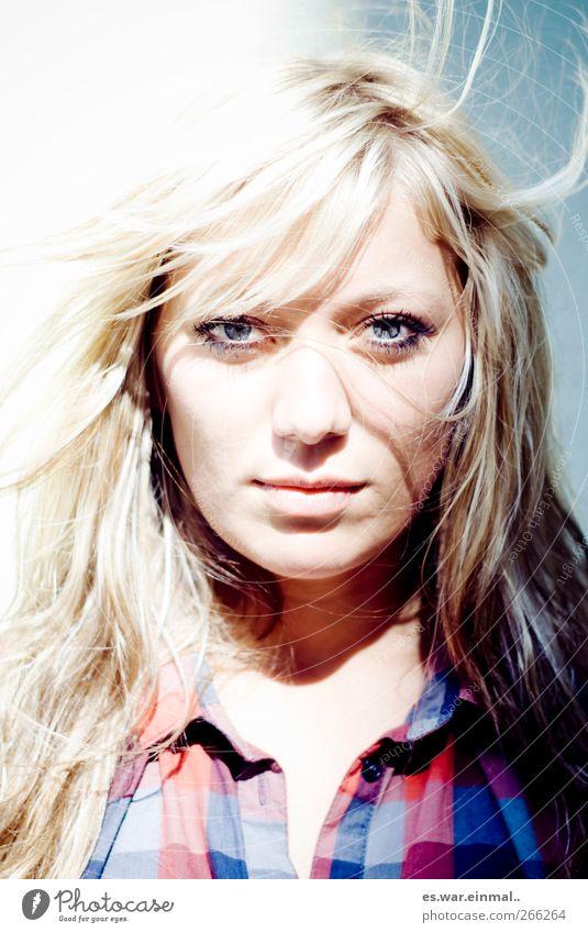 INNER STRENGTH. feminin 18-30 Jahre Jugendliche Erwachsene blond langhaarig beobachten Blick außergewöhnlich kalt schön Erotik stark wild selbstbewußt Coolness