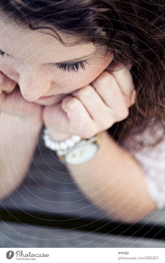 schmollen feminin Junge Frau Jugendliche Kopf Haare & Frisuren Gesicht 1 Mensch 18-30 Jahre Erwachsene Locken schön seriös abstützen Farbfoto Außenaufnahme