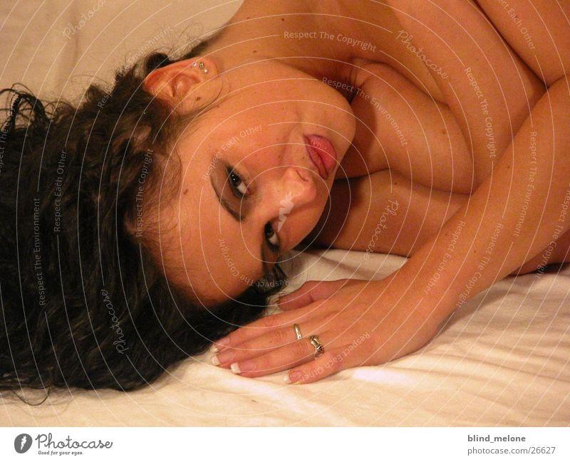 Mery feminin brünett Frau Kopf liegen
