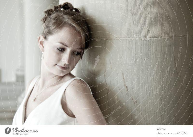 Athene Mensch Frau Jugendliche weiß schön Erwachsene Liebe feminin Junge Frau grau Denken träumen 18-30 Jahre elegant stehen ästhetisch
