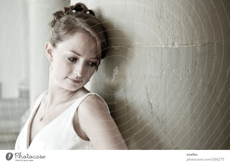 Athene schön Mensch feminin Junge Frau Jugendliche Erwachsene 1 18-30 Jahre Denken stehen träumen ästhetisch elegant weich grau weiß Frühlingsgefühle Liebe