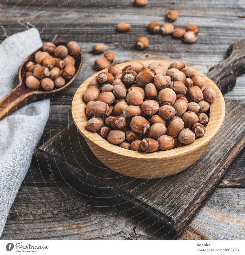 Haselnüsse in einer braunen Holzschale Frucht Ernährung Vegetarische Ernährung Schalen & Schüsseln Tisch alt Essen frisch natürlich trocknen essbar Filbert