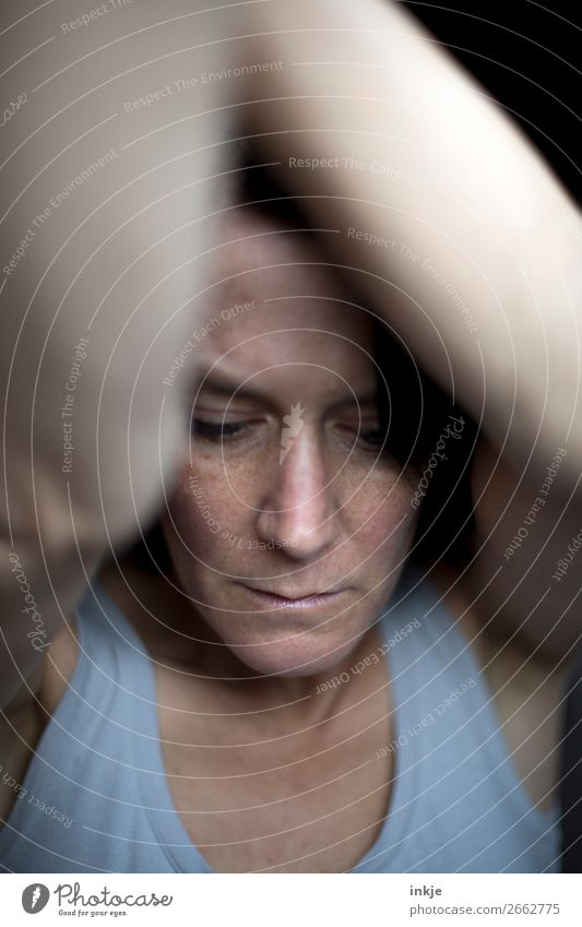 ` Frau Erwachsene Leben Gesicht Oberkörper 1 Mensch 30-45 Jahre 45-60 Jahre Top Blick Traurigkeit authentisch dunkel Gefühle Stimmung Enttäuschung Einsamkeit