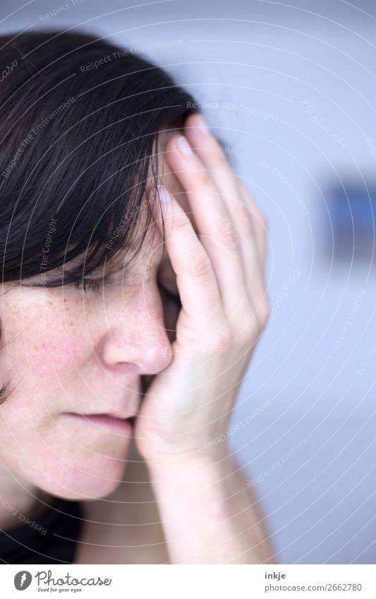 Reicht erstmal Frau Gesicht Gefühle authentisch Trauer Stress Müdigkeit Sorge Erschöpfung bleich gestikulieren dunkelhaarig Hände auf dem Gesicht