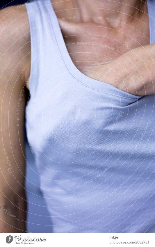 BH (umständlich) Frau Mensch Jugendliche Hand Gesundheit 18-30 Jahre Erwachsene Leben Frauenbrust 45-60 Jahre berühren festhalten sportlich Krankheit dünn Top