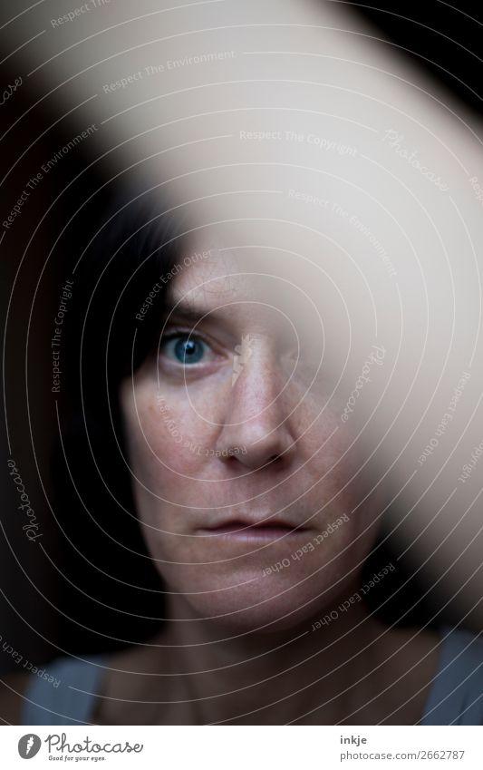 Portrait Frau ungeschminkt Lifestyle Erwachsene Leben Gesicht 1 Mensch 30-45 Jahre 45-60 Jahre schwarzhaarig Blick authentisch dunkel blau Gefühle Stimmung