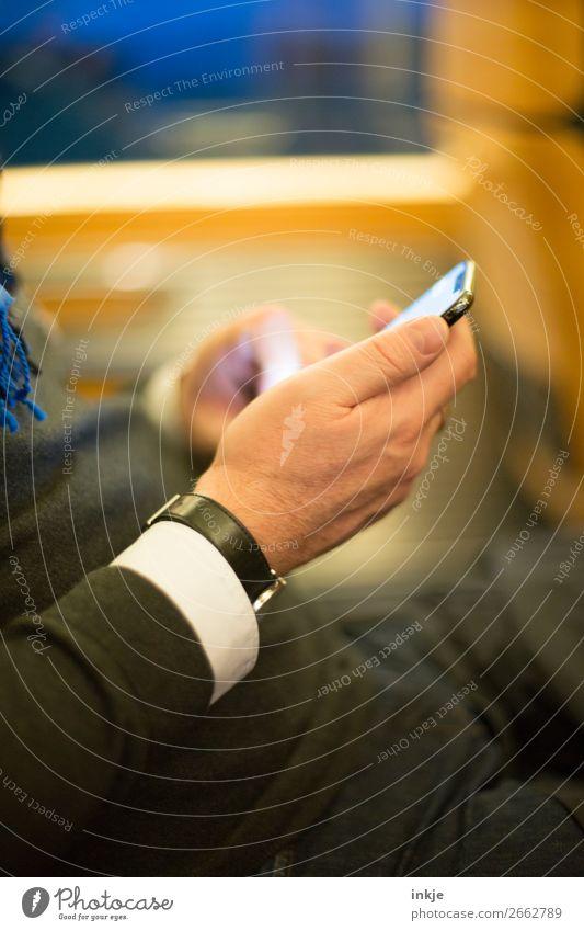 Hand mit Handy Mensch Mann Lifestyle Erwachsene Leben Business Freizeit & Hobby Kommunizieren 45-60 Jahre lesen Reichtum Mobilität PDA online