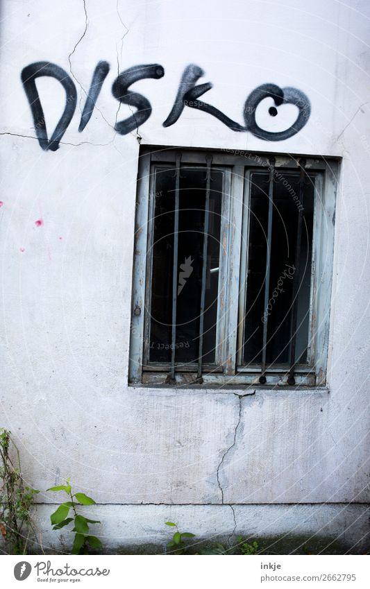 Spelunke Menschenleer Mauer Wand Fassade Fenster Gitter Beton Schriftzeichen Graffiti bedrohlich dunkel hässlich kalt Disco schwarz grau trist Farbfoto