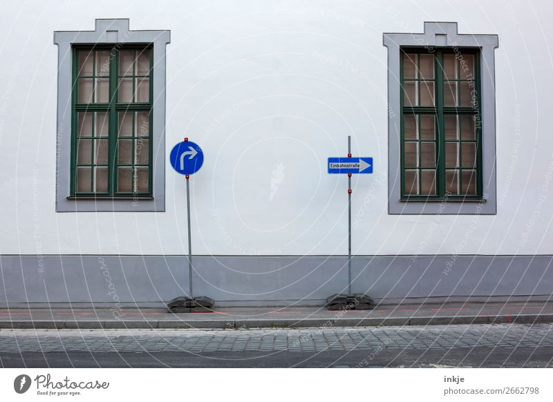 Augsburg Stadt Altstadt Menschenleer Mauer Wand Fassade Fenster Sprossenfenster Verkehrswege Straßenverkehr Verkehrszeichen Verkehrsschild Bürgersteig