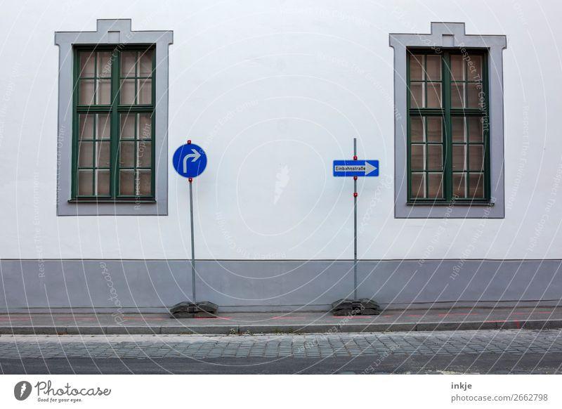 Augsburg Stadt Fenster Straße Wand Mauer Fassade historisch Bürgersteig Altstadt Kopfsteinpflaster Verkehrswege Straßenverkehr Verkehrszeichen Verkehrsschild