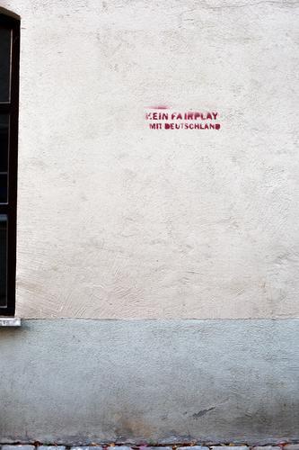 Kein FairPlay ist auch keine Lösung Graffiti Wand Deutschland Mauer Fassade Wut Politik & Staat Frustration Redewendung Ärger Feindseligkeit Verbitterung