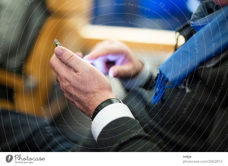 Einfingertippsystem| Alterserscheinung Mensch Mann Hand Erwachsene Leben Business Verkehr modern 45-60 Jahre authentisch schreiben Handy Reichtum