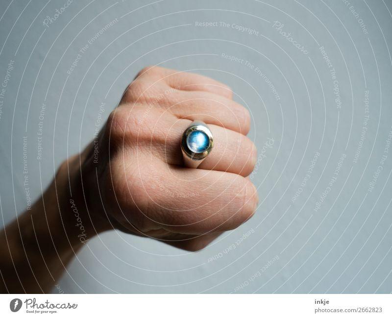 Mondstein Lifestyle Stil Design Hand Faust Goldschmiederei Kunsthandwerk Schmuck Ring Edelstein ästhetisch authentisch einfach einzigartig natürlich rund blau