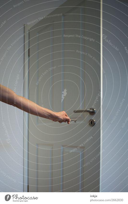 Türchen öffnen Häusliches Leben Raum Arme Hand 1 Mensch Schlüssel Schlüsseldienst Holz Metall einfach weiß geheimnisvoll Sicherheit schließen offen haltend