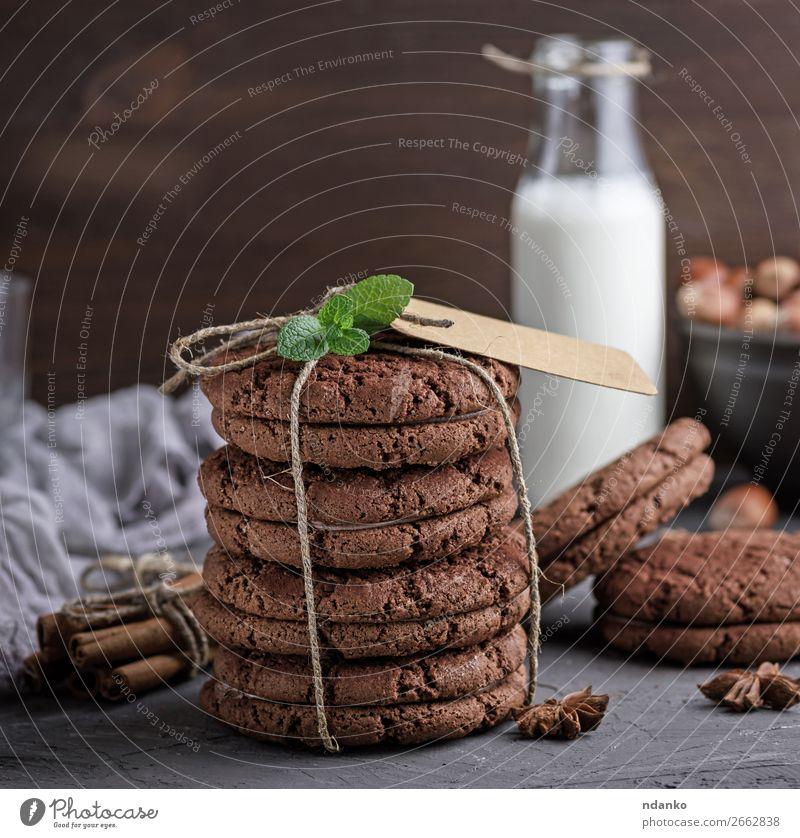 Schokoladenplätzchen, die mit einem Seil gebunden sind. Dessert Frühstück Getränk Milch Flasche Lifestyle Tisch Holz frisch natürlich braun weiß Tradition