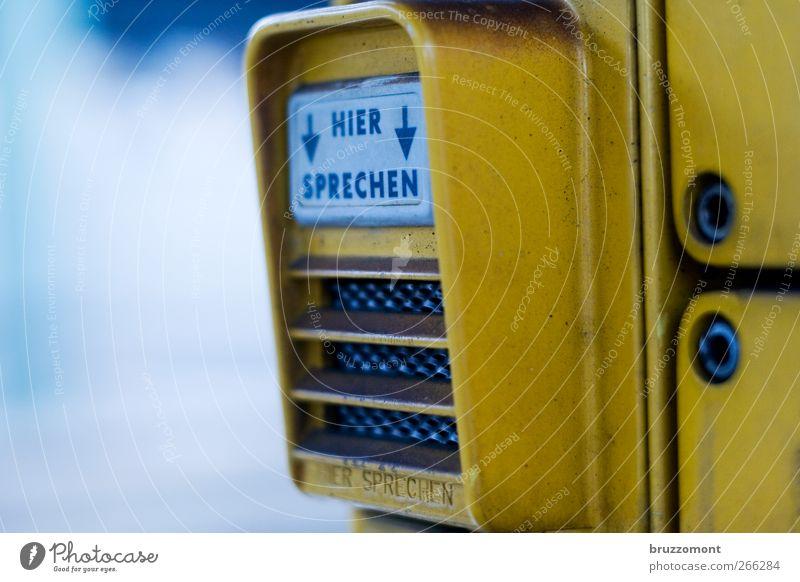 Talk Talk gelb sprechen Metall Kommunizieren Telekommunikation Kontakt hören Mikrofon Verständnis Gesprächspartner Gegensprechanlage Haustelefon Gesprächsrunde