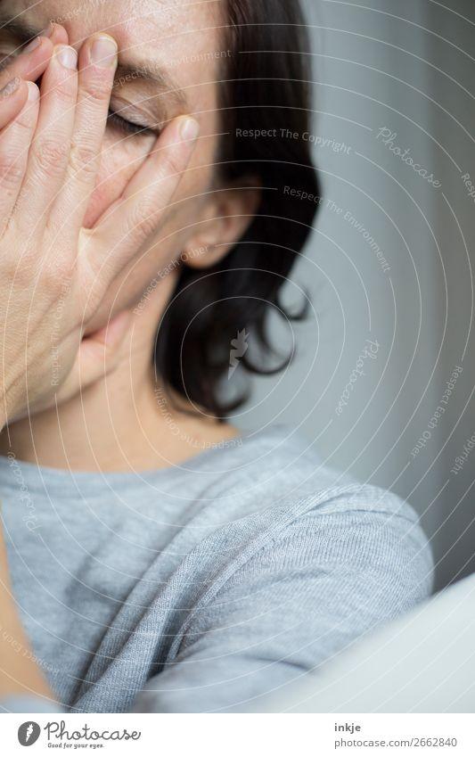 . Lifestyle Frau Erwachsene Leben Gesicht Hand Hände auf dem Gesicht 1 Mensch 18-30 Jahre Jugendliche 30-45 Jahre 45-60 Jahre Haare & Frisuren schwarzhaarig