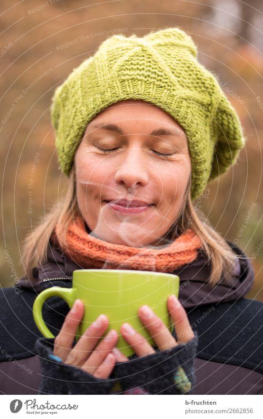 Heißer Tee Kaffeetrinken Getränk Heißgetränk Glühwein Tasse Gesunde Ernährung harmonisch Wohlgefühl Sinnesorgane Erholung Frau Erwachsene Gesicht Hand Finger 1