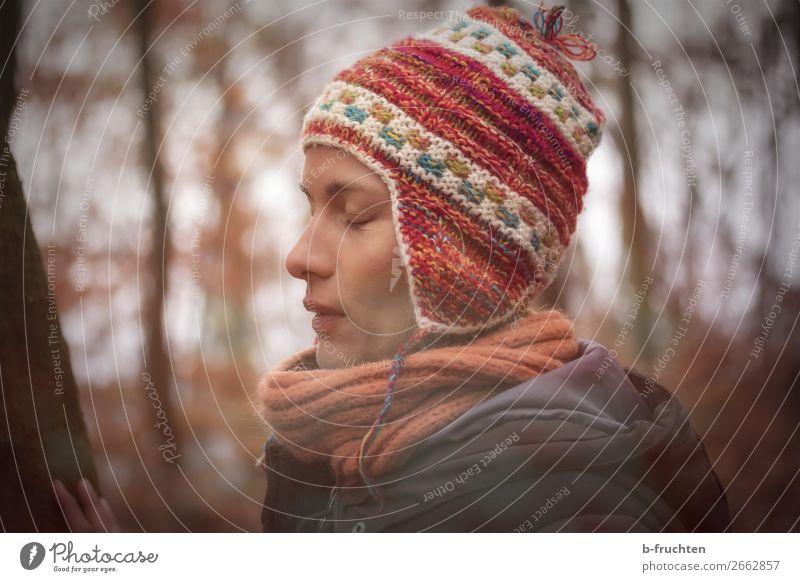 Erwachsene Frau, Meditation in der Natur Mensch Baum Erholung ruhig Wald Winter dunkel Gesundheit Gesicht Herbst natürlich Park träumen nachdenklich