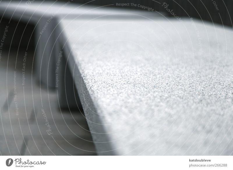 le banc... Stadtrand Menschenleer Park Mauer Wand sitzen warten eckig nah Sauberkeit grau schwarz ruhig stagnierend hart Bank Farbfoto Außenaufnahme