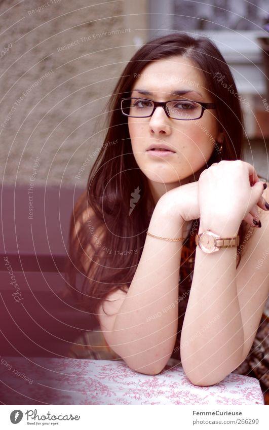 In love with red gold jewelry. Mensch Frau Jugendliche Erwachsene feminin Kopf Garten Stil Junge Frau Park Arme sitzen elegant 18-30 Jahre Uhr ästhetisch