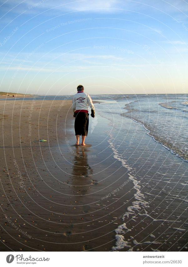 Walkin' down the beach 2 Niederlande Strand Muschel Brandung Einsamkeit Mann Sand Trainingsjacke