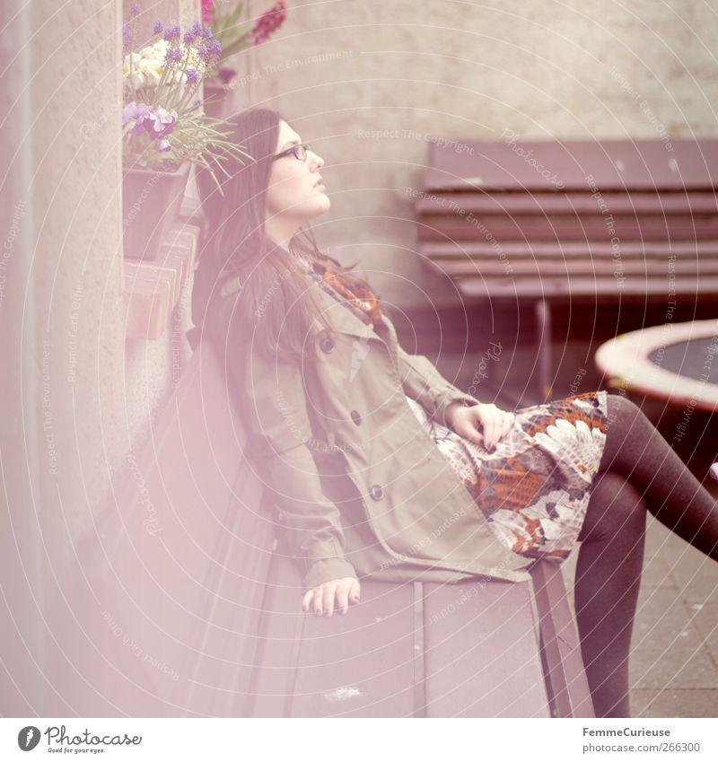 Day dreaming. feminin Junge Frau Jugendliche Erwachsene 1 Mensch 18-30 Jahre ästhetisch elegant Erholung Hoffnung Horizont Idylle Sehnsucht sitzen Parkbank