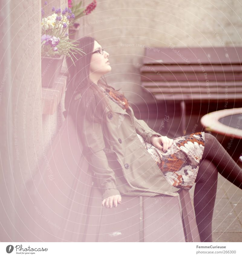 Day dreaming. Mensch Frau Jugendliche grün Erwachsene Erholung feminin Frühling Garten Junge Frau träumen Horizont sitzen warten elegant 18-30 Jahre
