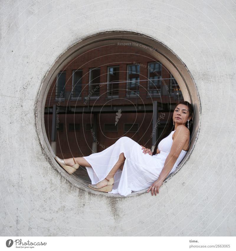 Nikolija feminin Frau Erwachsene 1 Mensch Hamburg Stadtzentrum Haus Bauwerk Mauer Wand Kleid Schmuck Ohrringe Damenschuhe brünett langhaarig beobachten Blick