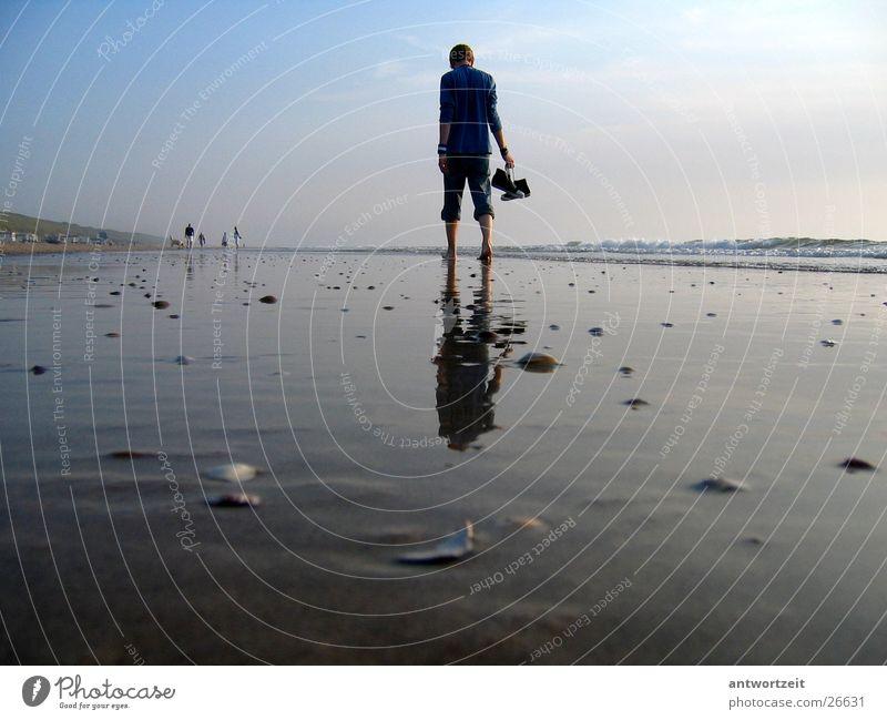 Walkin' down the beach Mann Himmel Strand Einsamkeit Denken Sand Chucks Muschel Brandung Niederlande