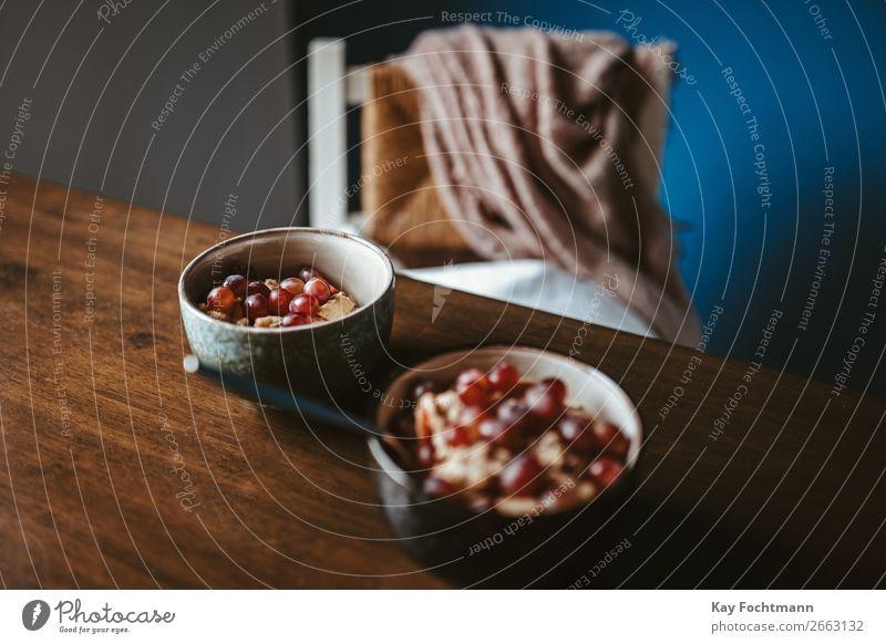 Zwei Schüsseln mit Haferflocken, Müsli und Weintrauben Erholung ruhig Winter Gesundheit Lebensmittel Essen Lifestyle Innenarchitektur Stil Frucht