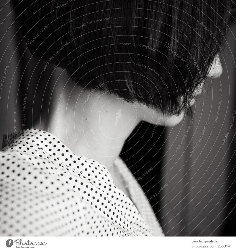 schräg feminin Junge Frau Jugendliche Erwachsene 1 Mensch 18-30 Jahre Bluse Haare & Frisuren brünett kurzhaarig Bob schön retro gepunktet Schwarzweißfoto
