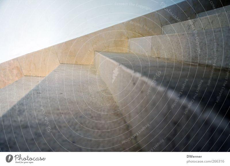 Auf den Spuren Picassos... kalt Wand Architektur Stein Mauer Gebäude Innenarchitektur Fassade dreckig Treppe Tourismus Wachstum Zukunft Ziel Bauwerk Treppenhaus