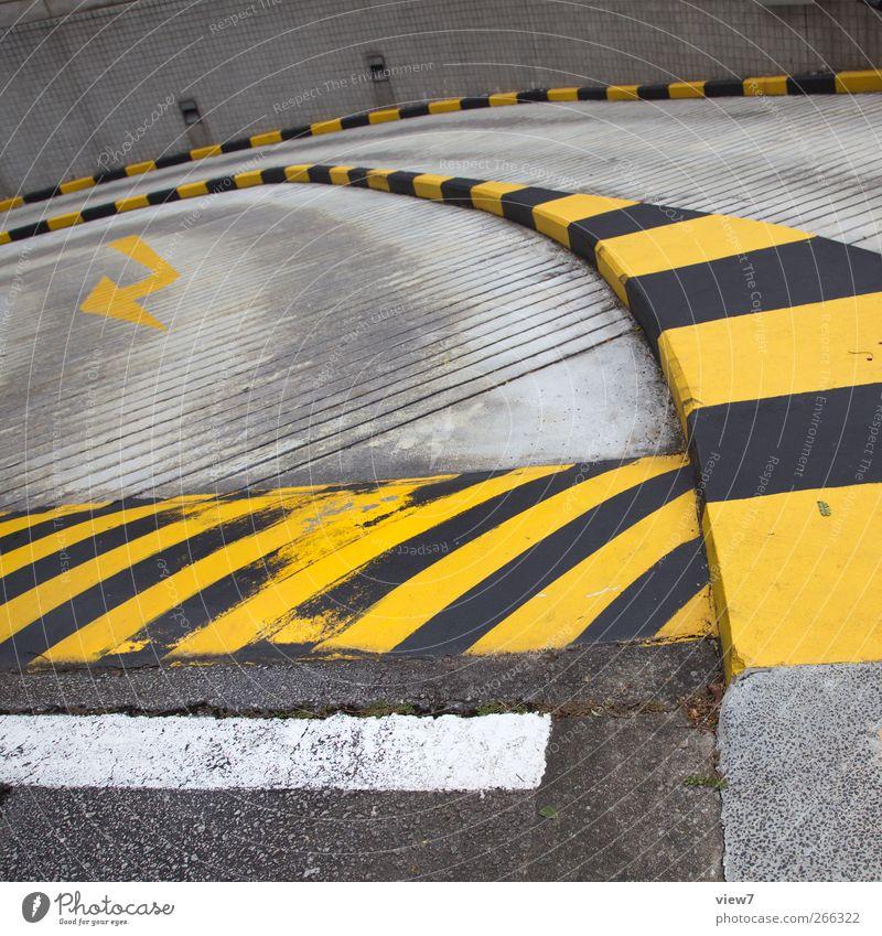 Abfahrt alt Haus gelb Straße Wege & Pfade Gebäude Stein Linie Design elegant Verkehr modern Schilder & Markierungen authentisch ästhetisch Beginn