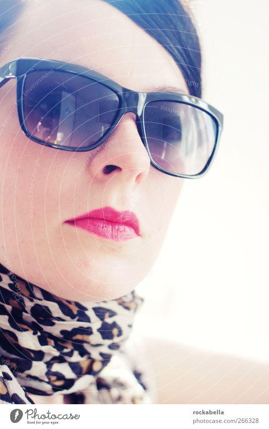 Frau mit Sonnenbrille feminin Junge Frau Jugendliche 1 Mensch 18-30 Jahre Erwachsene Mode schwarzhaarig brünett Scheitel elegant schön Erotik Farbfoto