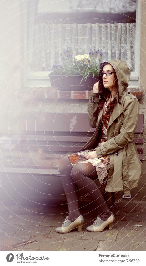 Rainy days III. feminin Junge Frau Jugendliche Erwachsene Beine 1 Mensch Einsamkeit Idylle einzigartig Garten Parkbank Gartenbank brünett Trenchcoat Mantel