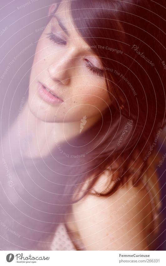Longingly. Mensch Frau Jugendliche schön Gesicht Erwachsene Liebe feminin Kopf Stil träumen elegant Mund Nase Junge Frau 18-30 Jahre