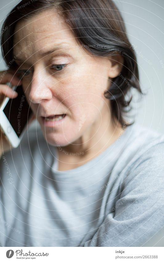 finde den Fehler Business sprechen Handy PDA Frau Erwachsene Leben Gesicht Oberkörper 1 Mensch 30-45 Jahre brünett langhaarig Telefongespräch authentisch grau