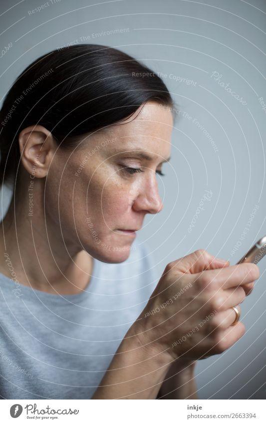 Message Lifestyle Freizeit & Hobby PDA Internet Frau Erwachsene Leben Gesicht Hand 1 Mensch 30-45 Jahre 45-60 Jahre schwarzhaarig langhaarig Zopf lesen Blick