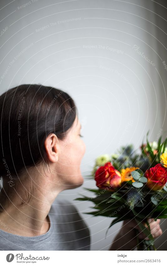 Blumenstrauß Frau Natur schön Freude Erwachsene Liebe natürlich Glück orange grau hell frisch Lächeln authentisch Freundlichkeit