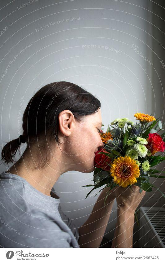 Überraschung | Blumenstrauß Lifestyle Freude Glück Muttertag Geburtstag Frau Erwachsene Leben Gesicht 1 Mensch 30-45 Jahre Haare & Frisuren brünett langhaarig
