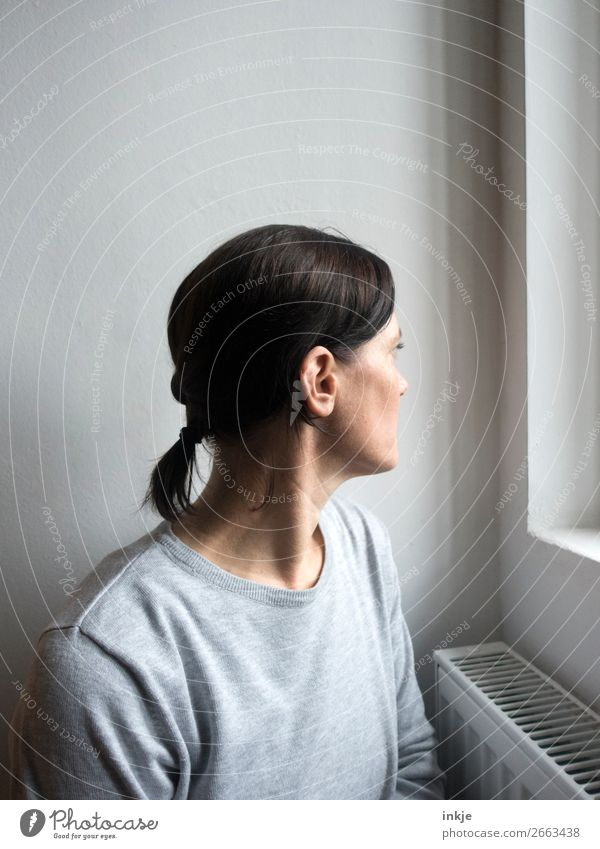 schaun wir mal Lifestyle Stil Freizeit & Hobby Häusliches Leben Mensch Frau Erwachsene Oberkörper 1 30-45 Jahre Fenster Pullover Haare & Frisuren schwarzhaarig