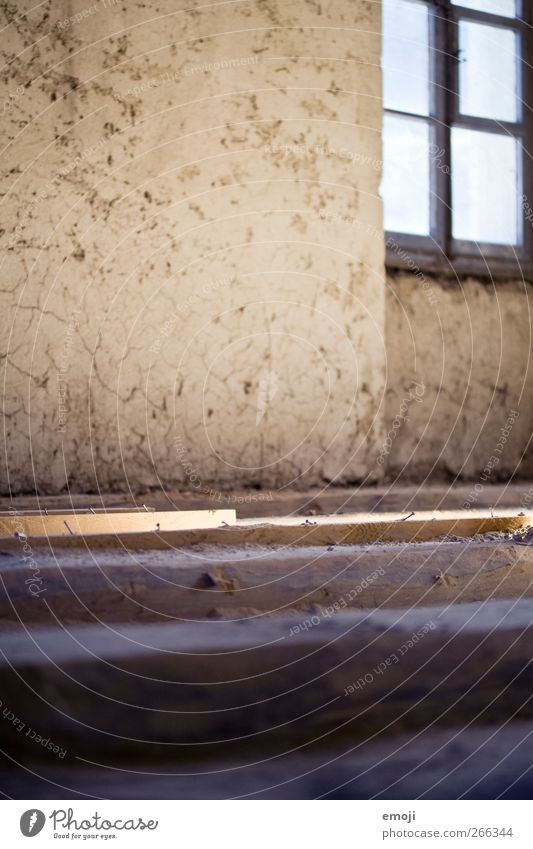 999 | Luft nach oben alt Haus Fenster Wand Mauer Fassade Bodenbelag Boden Hütte Einfamilienhaus