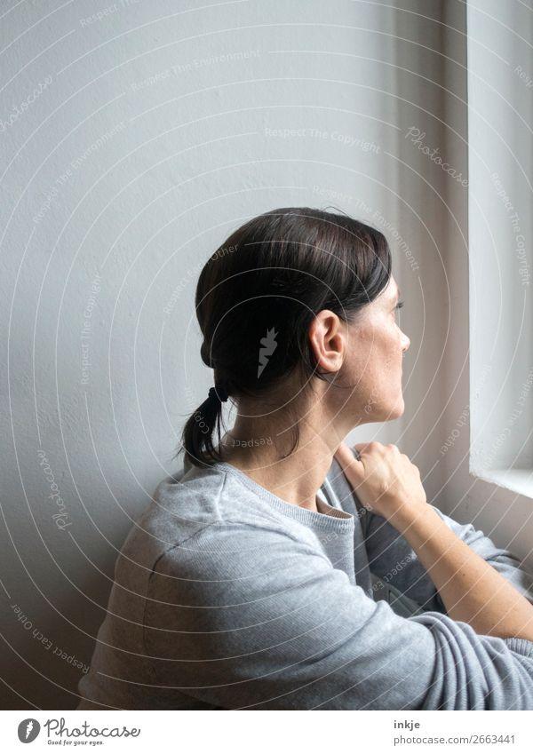 Frau am Fenster Mensch schön Einsamkeit Lifestyle Erwachsene Leben Gefühle Haare & Frisuren Kopf Denken grau Stimmung Häusliches Leben träumen