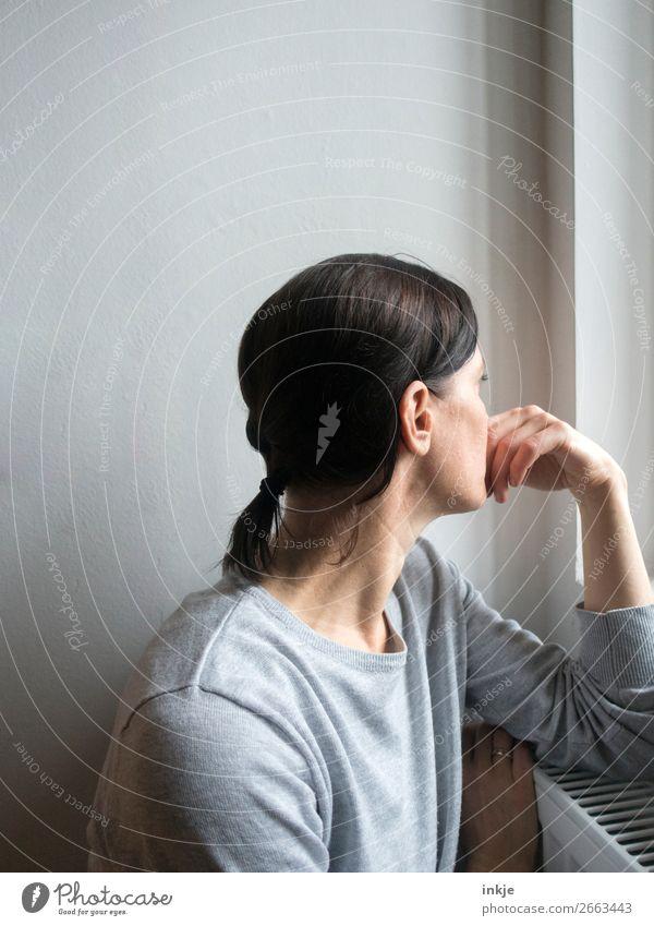 dies und das und jenes Lifestyle Stil Freizeit & Hobby Häusliches Leben Fensterbrett Frau Erwachsene Oberkörper 1 Mensch 30-45 Jahre Pullover Haare & Frisuren