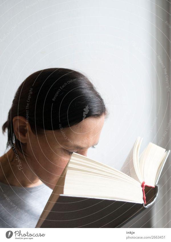 Lesen 6 Frau Mensch Erwachsene grau authentisch lernen Buch lesen Erwachsenenbildung Bildung nah Pullover Zopf schwer seriös frontal