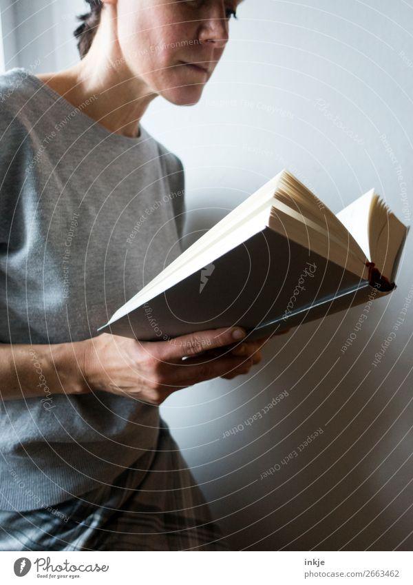 Lesen 4 Farbfoto grau Frau Erwachsene Pullover seriös lesen Buch schwer Bildung interessant Erwachsenenbildung lernen Mensch Spießer frontal Nahaufnahme halten