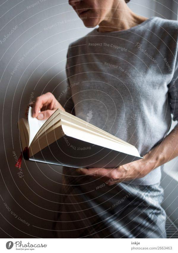 Lesen 3 Farbfoto grau Frau Erwachsene Rock Pullover seriös lesen Buch schwer Bildung interessant Erwachsenenbildung lernen Mensch Spießer frontal Nahaufnahme