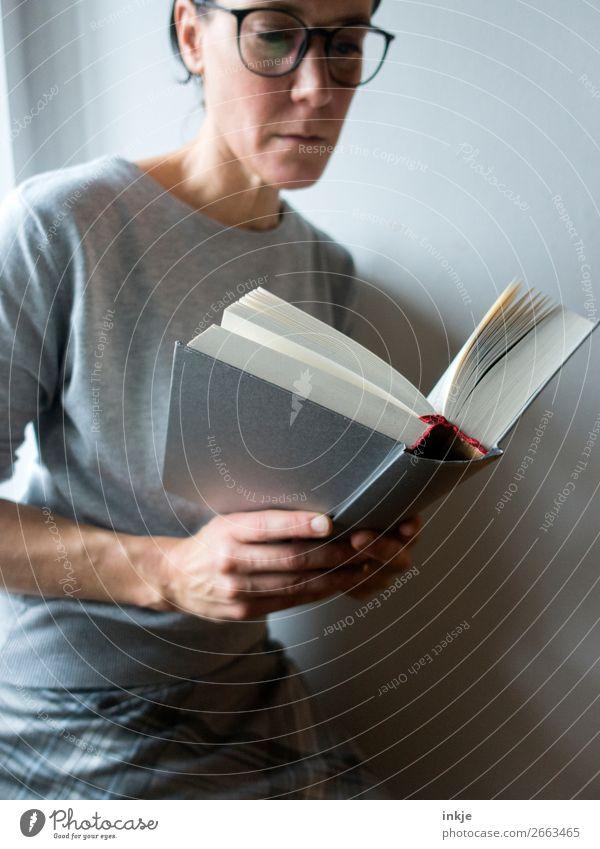 Lesen 2 Farbfoto grau Frau Erwachsene Brille Rock Pullover seriös lesen Buch schwer Bildung interessant Erwachsenenbildung lernen Mensch Spießer frontal