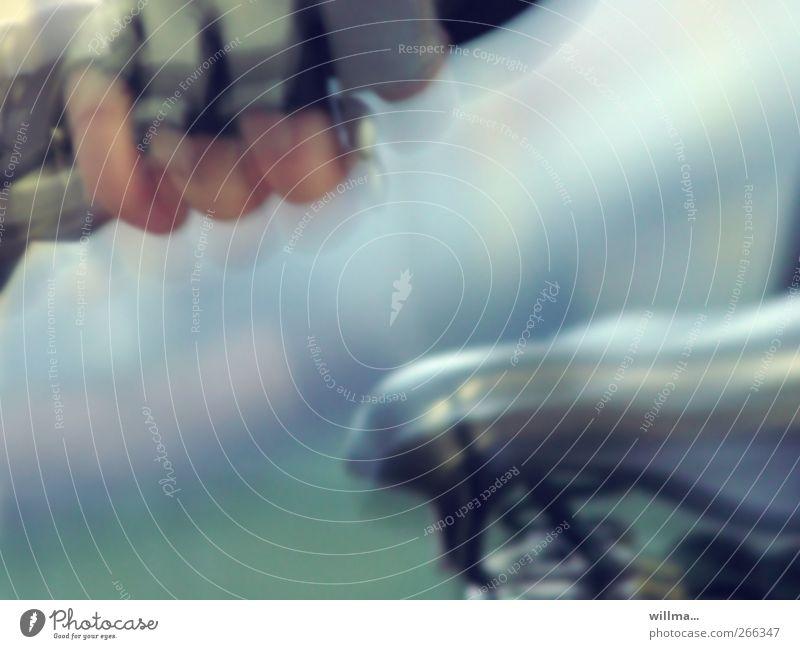 Steher beim Fahrradrennen Sportler Fahrradfahren Fahrradsattel Fahrradlenker Fahrradhandschuh Indoorbike Hand Finger Bewegung Unschärfe Bewegungsunschärfe